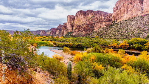 Staande foto Arizona Salt River and Surrounding Mountains in the Arizona Desert in the United States