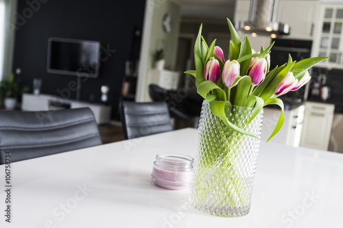 Photo  Tulips in a modern kitchen