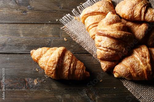 Fotografering  vista dall'alto croissant o cornetti su tavolo di legno rustico