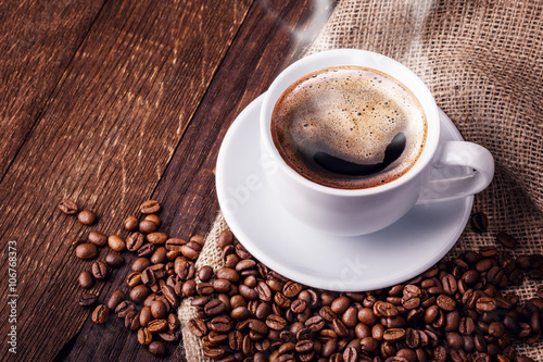 Photo  Cup coffee beans wooden