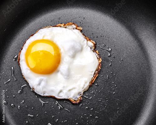 Deurstickers Gebakken Eieren Fried egg in a frying pan