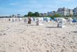 Bansiner Strand mit Strandkörbe und Möwen Promenade im Hintergrund