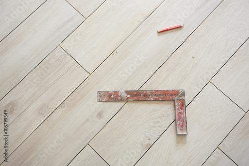 Muratore posa piastrelle attrezzi su pavimento buy this stock