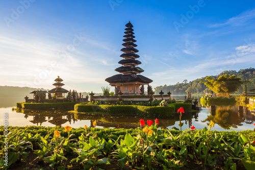 Foto op Aluminium Indonesië Pura Ulun Danu Bratan at sunrise, famous temple on the lake, Bedugul, Bali, Indonesia.