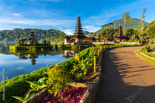 Foto op Plexiglas Indonesië Pura Ulun Danu Bratan at sunrise, famous temple on the lake, Bedugul, Bali, Indonesia.