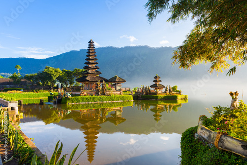 In de dag Bali Pura Ulun Danu Bratan at sunrise, famous temple on the lake, Bedugul, Bali, Indonesia.