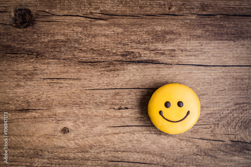 Fotografia Glazed cookies in the shape of a smiley on a wooden background