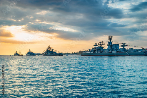 Fotografia  Military navy ships in a sea bay