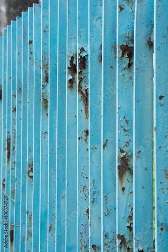 Stare i odrapane ogrodzenie stalowe w kolorze niebieskim