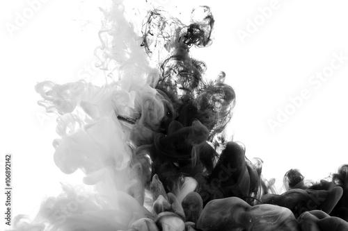 akrylowe-czarno-biale-farby-zlewajace-sie-w-jedna-gesta-chmure