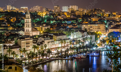 Papiers peints Barcelona Night cityscape town of Split, Croatia. / Aerial view on night panorama of old historic town of Split, Croatia. Town with beautiful architecture and history that attracts many tourists each summer.
