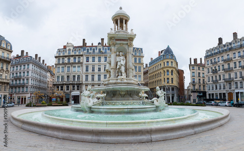 Photo sur Toile Fontaine The water fountain on Jacobin's square in Lyon, France