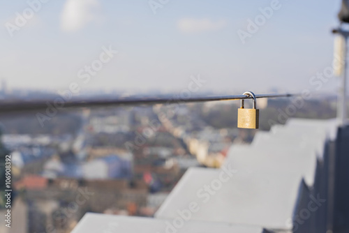 Hanging on the wire lock Tablou Canvas