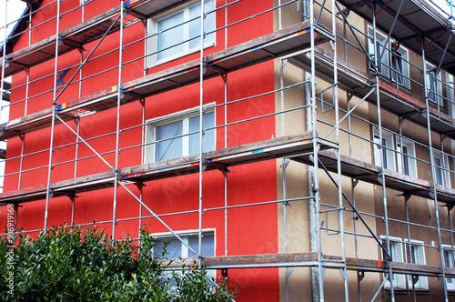 Haus mit Gerüst, Fassadenanstrich halb fertig
