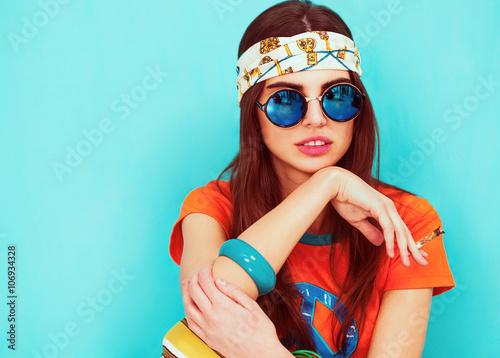 Photo  Beautiful hippie girl portrait smoking and wearing sunglasses