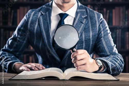 Fotografie, Obraz 虫眼鏡を持った男性,たくさんの本