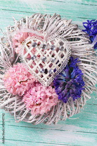 Foto-Tapete - Pink and blue  hyacinths flowers on wreath and decorative heart (von daffodilred)