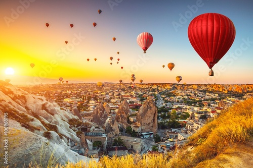 Poster Geel Hot air balloons over Cappadocia