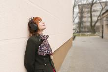 Kobieta Słucha Muzyki Przez S...