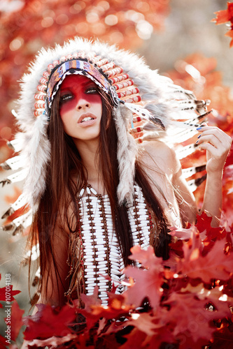 obraz dibond Beautiful girl in a suit of the American Indian