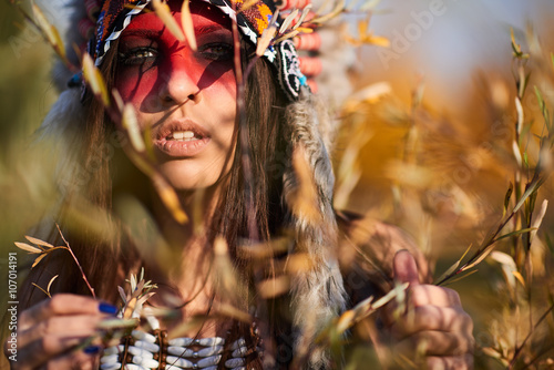fototapeta na lodówkę Beautiful girl in a suit of the American Indian