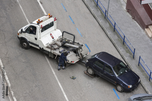 Fotografia  grúa llevándose un coche multado