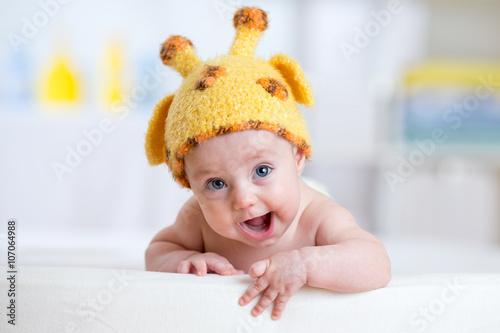 szczesliwe-dziecko-w-stroju-zyrafy
