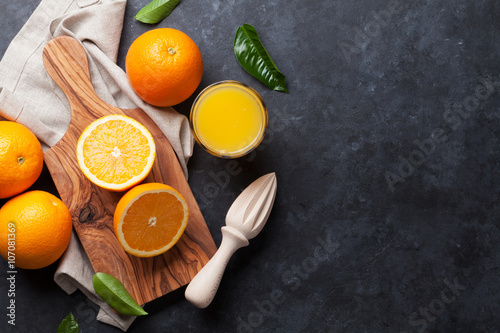 Cadres-photo bureau Jus, Sirop Fresh oranges and juice glass