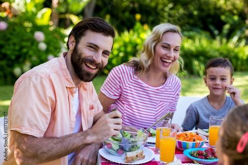 Photo Cheerful family enjoying breakfast at yard