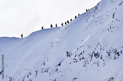 Poster de jardin Alpinisme Mountaineers on Fagaras Mountains ridge in winter