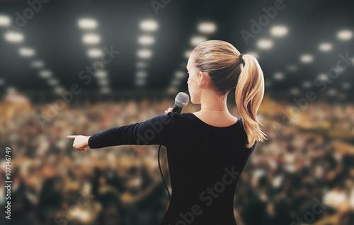 Plakat Kobieta Motivator pojawia się na scenie