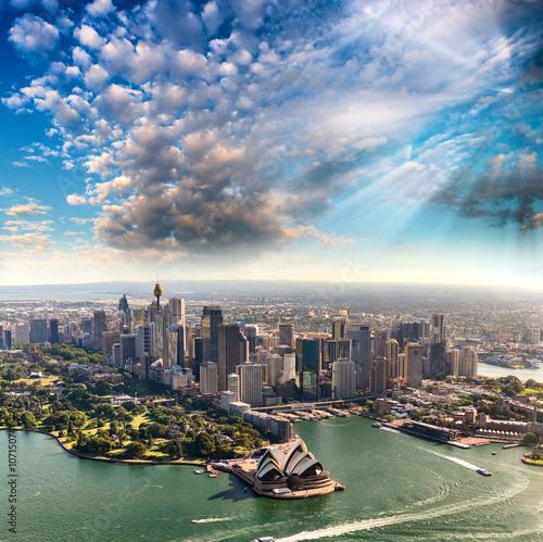 Obrazy Sydney  sydney-w-australii-niesamowity-widok-z-lotu-ptaka-z-helikoptera-na-beau