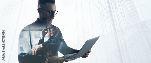 Photo Double exposure bearded businessman wearing black shirt and glasses,holding contemporary notebook hands