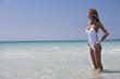 femme en maillot à la mer