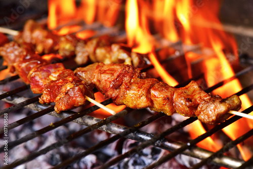 Fotografía  meat skewers in a barbecue