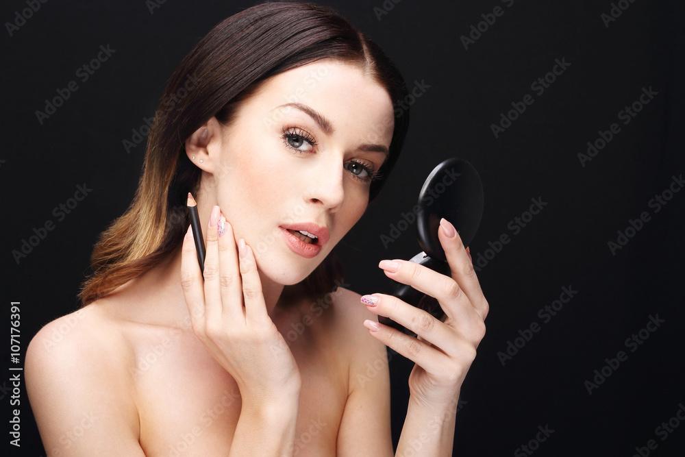 Fototapeta Młoda kobieta podczas nakładania makijażu