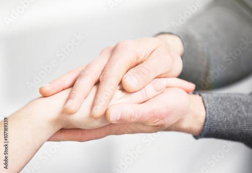 Fotografia  Man and woman holding hands closeup
