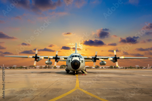 Fotografia  Military aircraft on the runway during sunset.
