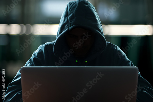 Hacker in front of his computer Fototapet