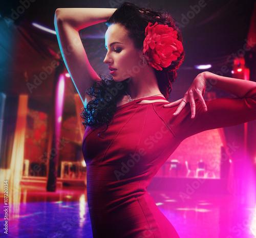 Fotografie, Obraz  Krásná brunetka tanečnice dělat show