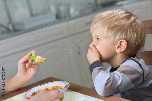 Leinwand Poster Wählerischer Esser, der verweigert zu essen