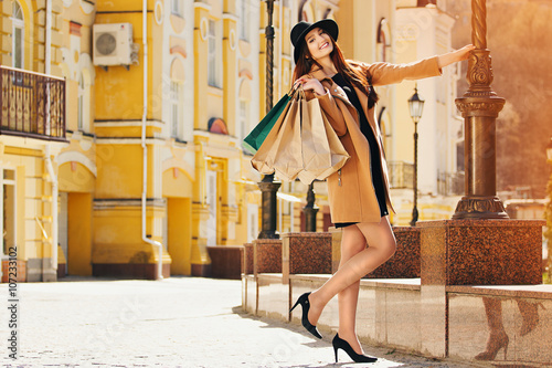Fotografie, Obraz  Счастливый шоппинг. Молодая красивая девушка с покупками.