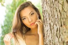 Piękna Kobieta Przy Drzewie
