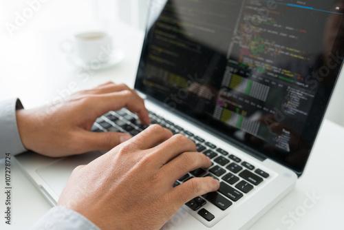 Fotografía  Manos de codificador que trabajan en la nueva aplicación
