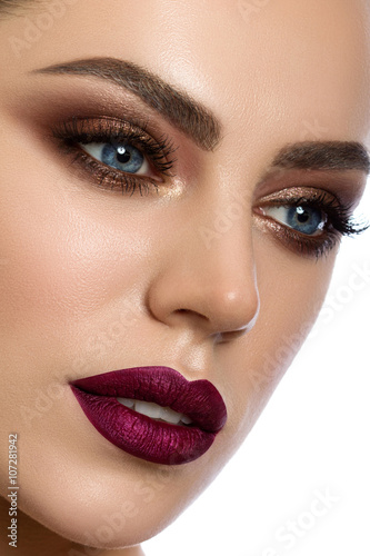 Foto op Plexiglas Beauty Close-up portrait of young woman with modern make up