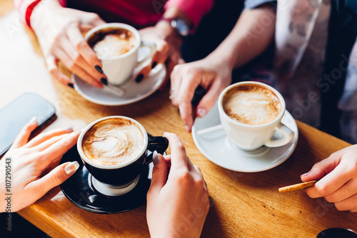 Photo sur Toile Cafe Closeup of hands with coffee cups