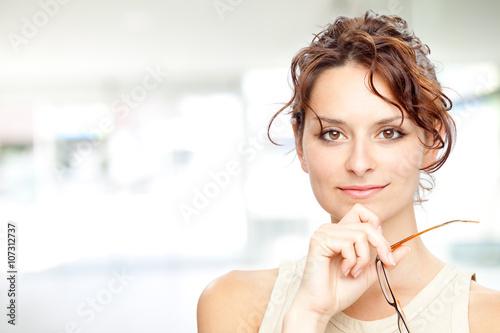 Plakat piękna brunetka dziewczyna uśmiech z portret okulary w wewnętrznym tle