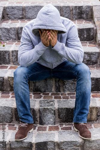 Fotografie, Obraz  Mann sitzt auf Stufen