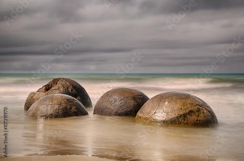Fotografia Moeraki Boulders near Hampden, New Zealand - long time exposure