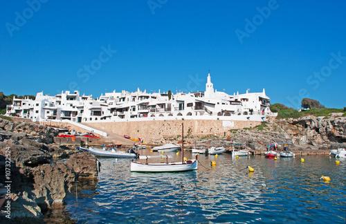 Poster Maroc Minorca, isole Baleari, Spagna: il villaggio di pescatori di Binibeca Vell il 10 luglio 2013. Il villaggio bianco fu progettato dall'architetto spagnolo Antonio Sintes nel 1972